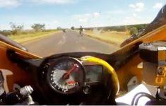 Cobra Pula em Moto em Alta Velocidade