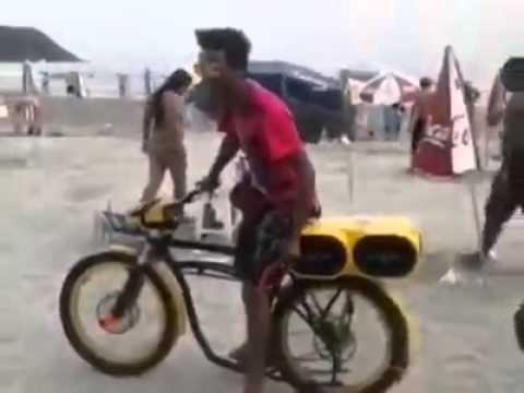 O Bacana e Sua Moto Amarela na Praia
