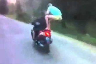 Dois babacas levam tombo em uma scooter
