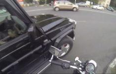 Motociclista da lição em quem joga lixo na rua