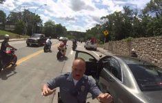 Espertão empina de moto e bate na polícia