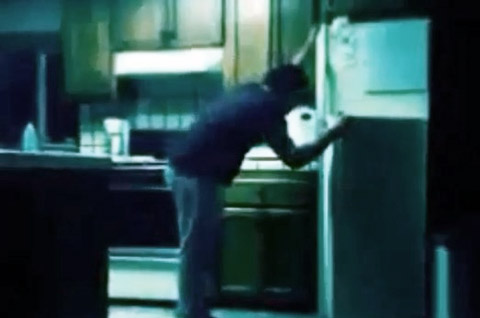 pegando-comida-de-madrugada-na-geladeira