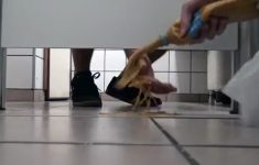 pegadinha-vomitando-no-banheiro