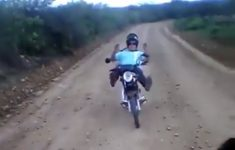 amostrado-caindo-de-moto
