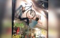 vai-la-garotao-sobe-na-bike