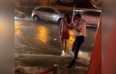 chegando no restaurante na chuva