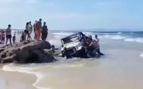 jeep-atolou-na-praia