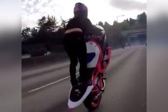 Mulheres: Mulher empinando na moto