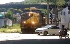atravessando-linha-do-trem-sem-olhar