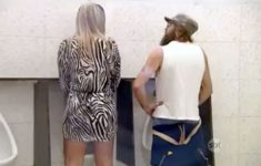 mulher-no-banheiro-dos-homens