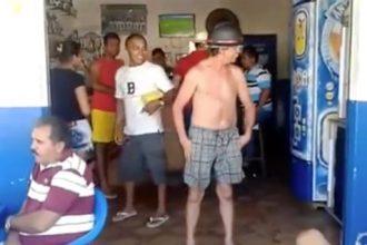 Bêbados: Cidadão lutando contra o vento