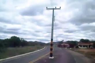 poste-no-meio-da-rua