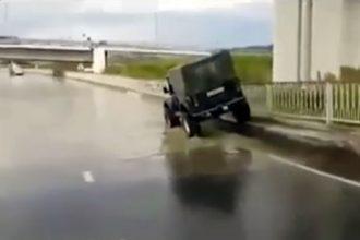 Videos de Carro: Sacaneando o motorista atolado