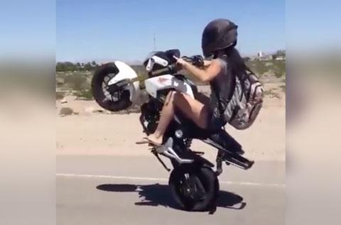 Menina Empinando De Moto Vídeos De Moto Do Whatsapp